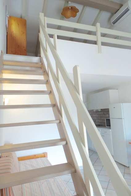 Location appartement loisirs inclus bord de mer proche porto vecchio - Escalier mezzanine rangement ...